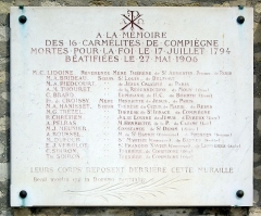 Cimetière de Picpus et ancien couvent des chanoinesses de Picpus - English: Plaque at the Picpus Cemetery in Paris in memory of the 16 Martyrs of Compiègne, guillotined on 17 July 1794 and beatified by Pope Pius X on 27 May 1906.