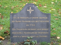 Cimetière de Picpus et ancien couvent des chanoinesses de Picpus - English: Plaque near the door of the chapel (destroyed) in the Picpus cemetery, Paris 12th arr. The grave diggers used this chapel as office to collect the clothes when they undress the victims before burying them.