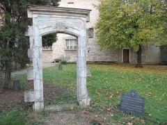 Cimetière de Picpus et ancien couvent des chanoinesses de Picpus - English: Door of the chapel (destroyed) in the Picpus cemetery, Paris 12th arr.