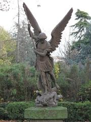 Cimetière de Picpus et ancien couvent des chanoinesses de Picpus - English: Statue of the archange Saint-Michel killing the dragon in the cemetery of Picpus, Paris 12th arr., France