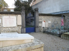 Cimetière de Picpus et ancien couvent des chanoinesses de Picpus - English: Entrance of the field where were digged common graves in the Picpus cemetery, Paris 12th arr., France. On the right, the grave of marquis de la Fayette.