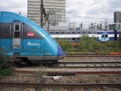 Halle des messageries de la Gare d'Austerlitz -  Au niveau de la halle Freyssinet, un TER Pays de la Loire croise une rame du RER C;