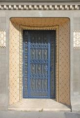 Immeuble -  Entrée ornée de céramiques de la maison de style art nouveau tardif construite en 1911 pour le décorateur Paul Follot, 5 rue Schoelcher, à Paris