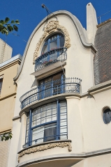 Immeuble -  La façade de la maison de style art nouveau tardif construite en 1911 pour le décorateur Paul Follot, 5 rue Schoelcher, à Paris