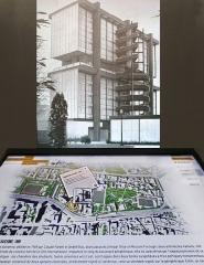 Cité internationale universitaire : Fondation Avicenne -  La table tactile propose une découverte des différents bâtiments de la Cité internationale et de l'histoire des espaces occupés au cours des années par les différentes Maisons Cette table tactile est équipée d'un écran vertical sur lequel sont projetées les images d'archives sélectionnées en touchant la table. Ici on a photographié la présentation de l'ex Maison de l'Iran. L/OBLIQUE, le nouvel espace d'interprétation de la CIUP ____________ L/OBLIQUE est un espace d'interprétation de la Cité Internationale Universitaire de Paris (CIUP) qui vient d'être ouvert au rez-de-chaussée de la Fondation AVICENNE, l'ancienne maison de l'Iran réalisée par l'architecte Claude Parent et aujourd'hui fermée faute de financement pour sa remise en état. Le centre présente, sur 200 m2 d'exposition, l'histoire, les créations architecturales, l'actualité et les projets de développement de la Cité internationale. Il comprend: - un dispositif scénographique sur l'histoire de la Cité internationale à travers des photographies d'archives, - un espace de projection, - des panneaux mobiles sur l'actualité de la Cité internationale et ses grands enjeux. Une maquette numérique interactive, associant une table tactile et des projections sur grand écran permet de naviguer à travers l'histoire et l'actualité de la Cité internationale Site officiel de la CIUP  www.ciup.fr/oblique
