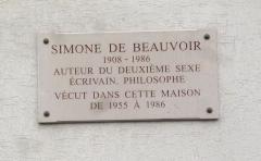 Immeuble -  Plaque sur la maison où vécut Simone de Beauvoir de 1955 à 1986 11 bis rue Victor-Schœlcher, Paris.