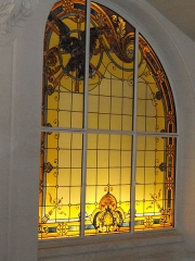 Ancien hôtel particulier de Roland Bonaparte - English: One of the stained-glass window of the Shangri-La hotel in Paris. The hotel was before the town house of Roland Bonaparte