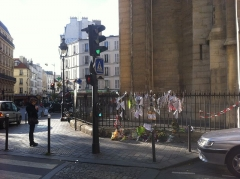 Église Saint-Jean-Baptiste-de-Belleville - English: A memory place for a women living in the street, and dead alone in this street on the 24th nov 2011. Paris, Jourdain. (1)