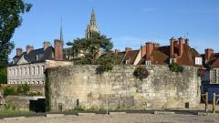 Ancien hôtel du Bailli de Caux - Français:   Ancienne fortification Tour d\'Harfleur à Caudebec-en-Caux, Seine-Maritime, France - Hôtel du bailli en arrière-plan.