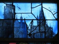 Eglise Sainte-Jeanne-d'Arc - Français:   Détail d\'un vitrail figurant l\'abbatiale Saint-Ouen à gauche et l\'église Saint-Maclou à droite.