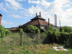 Verrerie de la Gare ou verrerie Denin -  Ancienne verrerie Denin à Nesle-Normandeuse (Seine-Maritime). L'usine Denin est construite entre 1882 et 1884 par l'industriel Félix Denin le long de la voie ferrée. L'usine est en activité jusqu'en 1999. C'est l'une des plus anciennes usines de la