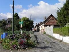 Verrerie de la Gare ou verrerie Denin -  Cité Denin à Nesle-Normandeuse (Seine-Maritime). Tout autour de l'usine se trouve une cité ouvrière appelée cité Denin dont l'unique accès est ce chemin à peine carrossable.