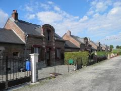 Verrerie de la Gare ou verrerie Denin -  Cité Denin à Nesle-Normandeuse (Seine-Maritime). Les maisons comprennent un rez-de-chaussée et un étage comprenant une lucarne.