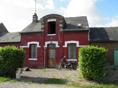 Verrerie de la Gare ou verrerie Denin -  Cité Denin à Nesle-Normandeuse (Seine-Maritime). Détail d'une maison de la cité, aux briques peintes.