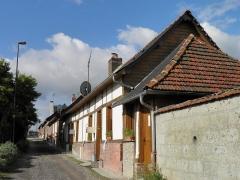 Verrerie de la Gare ou verrerie Denin -  Cité Denin à Nesle-Normandeuse (Seine-Maritime). Ces logements situés le long de la ruelle d'accès à la cité ne sont pas construits en brique comme les autres mais en pan de bois, à la mode normande: peut-être des bâtiments antérieurs à l'installation de l'usine.