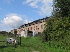 Verrerie de la Gare ou verrerie Denin -  Cité Denin à Nesle-Normandeuse (Seine-Maritime). La cité Denin est un exemple de cité en pleine campagne, totalement tournée vers son usine, tournant le dos à la campagne environnante.