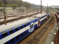 Gare des Chantiers - English: Versailles-Chantiers station - platforms with a commuter train, Yvelines, France