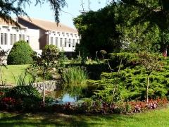 Hôtel de ville, ancienne abbaye Saint-Laon - Français:   Le jardin de la mairie, Thouars, Deux-Sèvres, France