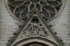 Eglise Saint-André -  Église Saint-André de Niort: gable du portail central montrant Jésus bénissant avec à gauche saint André et à droite saint Pierre à qui il remet les clefs du Royaume.