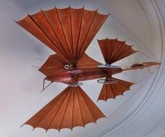 Maison Jules Verne - Français:   Machine volante accrochée au plafond dans la \