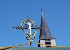 Eglise d'Heilly -  Heilly (Somme, France)  Crucifix surmontant l'entrée d'une propriété privée, donnant sur la rue montant au Calvaire (Rue de la Grande Carrière).  On remarque en arrière-plan le clocher de l'église, dont la partie supérieure (pas seulement la flèche) est couverte d'ardoises.  Camera location49°57′12.17″N, 2°32′11.17″EView this and other nearby images on: OpenStreetMap - Google Earth 49.953381;    2.536436