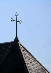 Eglise d'Heilly -  Heilly (Somme, France)  La croix sur le choeur de l'église.   On remarque parfaitement qu'une des branches de cette croix de fer forgé risque de perdre son extrêmité en forme de coeur.