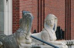 Musée Lombart -  Doullens (Somme, France).   Sculptures à l'entrée du Musée Lombart.