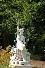 Musée Lombart -  Doullens (Somme, France).   Statue dans le jardin du Musée Lombart.