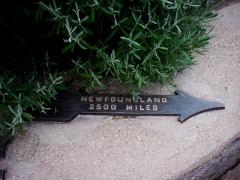 Mémorial terre-neuvien et parc commémoratif - English: pointer on distance from memorial to NFLD