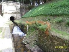 Canal du Midi : tunnel des Cammazes - Français:   La Rigole de la Montagne à sa sortie de la Voûte, en 2012