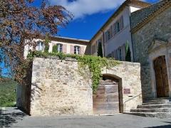 Château - Français:   Gignac (Vaucluse, France), portail du Chateau