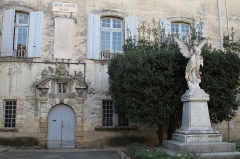 Ancien hôtel de Girard - English: The house of birth of Philippe de Girard and the war memorial in Lourmarin (Vaucluse, France)