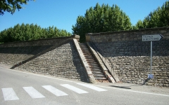 Digue d'enceinte de la ville - English: Double stairway in the Caderousse dike.