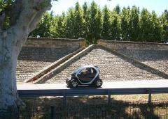 Digue d'enceinte de la ville - English: Double stairway in the dike around Caderousse (Vaucluse, France).