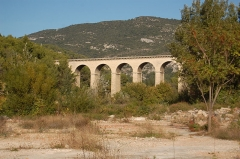 Pont-aqueduc de Galas (ouvrage d'art du canal de Carpentras) - English: Aqueducts in Fontaine de Vaucluse
