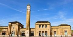 Gare de Belfort - English: Façade principale de la gare de Belfort, avec la tour de l'horloge, en 2018.