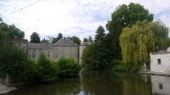 Château de Milly-la-Forêt (également sur commune de Oncy-sur-Ecole) - English: The river École and the castle in Milly-la-Forêt, Île-de-France