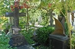 Cimetière de Liers -   Antoine Pevsner, né en 1886 à Orel en Russie et mort en 1962 à Paris a été un des grands sculpteurs abstraits du 20e siècle. Fondateur du constructivisme russe avec son frère Naum Gabo et quelques autres artistes, il a contribué en 1931 au mouvement artistique abstraction-création.  Sa tombe se trouve comme celles de nombreux artistes d\'origine russe dans le cimetière de Sainte-Geneviève-des-Bois.