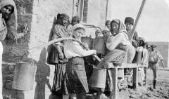 """Ancienne distillerie-usine de mise en bouteille dite """"usine Clacquesin"""" - Azərbaycanca: 1918-ci ildə Bakıda sakinlərin su rasiyonu növbəsi"""