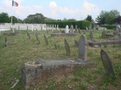 Cimetière musulman - Français:   Tombes du cimetière musulman de Bobigny. Carré militaire. Au premier plan, tombes civiles plus anciennes.