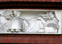 Groupe scolaire Jules-Ferry -   Groupe scolaire Jules Ferry - Maisons-Alfort - France 1932 -  Entrée des élèves - Sculptures par Maurice Saulo - Les contes de Perrault