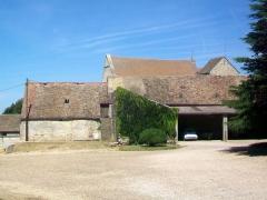 Eglise Saint-Nicolas - Français:   Depuis le sud, l\'on n\'aperçoit guère que le toit de la nef et le clocher, l\'église étant mitoyenne des bâtiments agricoles visibles sur la photo.