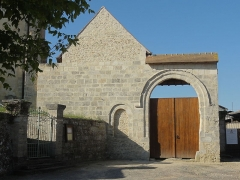 Eglise Saint-Nicolas - Français:   Portail de la ferme du prieuré, à côté de l\'église.
