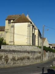 Eglise Saint-Nicolas - Français:   Le clocher, qui ne dépasse pas en hauteur le toit de la nef, et le chevet; vue depuis l\'est. Le bâtiment à gauche fait partie d\'une ferme mitoyenne de l\'église au sud.