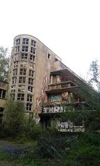 Ancien sanatorium, faisant partie du centre hospitalier du Vexin, sis dans le parc de la Bucaille -  Vue extérieure du sanatorium abandonné.