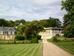 Château - Français:   Le château et l\'orangerie (à droite), depuis l\'entrée rue du Râtelier.