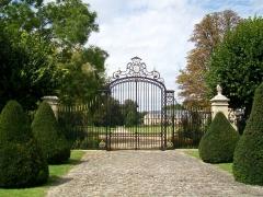 Château - Français:   Grille du parc du château, au rond-point de la Victoire.