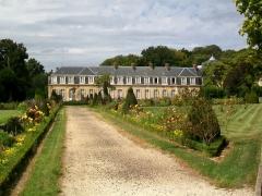 Château - Français:   Parterres de fleurs devant le château.