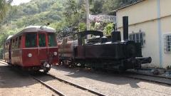 Gare de La Grande Chaloupe - Français:   L\'autorail, remis en état et utilisé par l\'association Ti Train Lontan, est conservé à la gare de la Grande Chaloupe (La Réunion) et locomotive Schneider 030T de 1878.