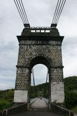 Pont suspendu de la rivière de l'Est -  La pile nord-ouest du pont suspendu de la rivière de l'Est vue depuis Saint-Benoît de la Réunion